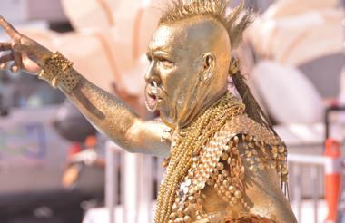 Carlos Cervantes da vida al Mohicano Dorado en el Carnaval de Barranquilla desde hace 39 años.