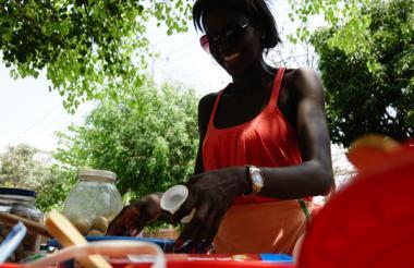 La bailarina María Angélica Salgado despacha personalmente los dulces en el parque.