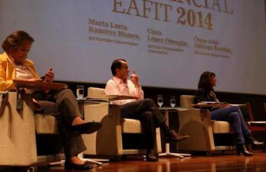 Al debate en la Universidad Eafit asistieron Clara López, Óscar Iván Zuluaga y Marta Lucía Ramírez. En representación de Santos y Peñalosa se ubicaron sendas sillas vacías.