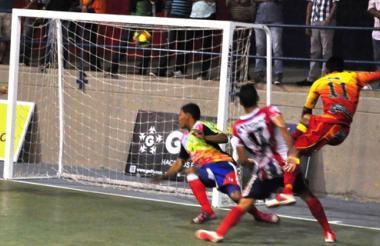 Momento en que Léiner Pérez marca el segundo gol para los locales, anotación que incentivó las ganas barranquilleras.