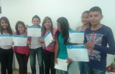 Un grupo de jóvenes estudiantes recibe el certificado que los acredita como 'periodistas medioambientales' de su comunidad, en una campaña de Prodeco.