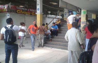 Vendedores de Fedecafé permanecen en las escaleras con los locales cerrados.