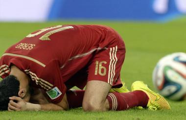 El volante español Sergio Busquets se lamenta luego de desperdiciar la opción más clara de gol de España, tras un centro de chalaca de Diego Costa.