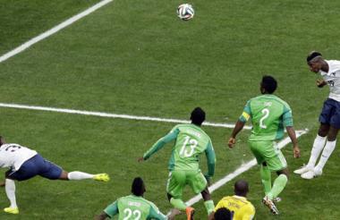 Con un cabezazo de Pogba, Francia anotó el primer gol del partido.