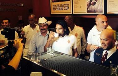 Falcao toma un café en la tienda de Miami.