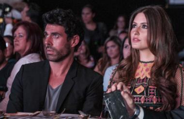 Los protagonistas de la serie, Emmanuel Esparza y Taliana Vargas, durante la muestra del primer capítulo.
