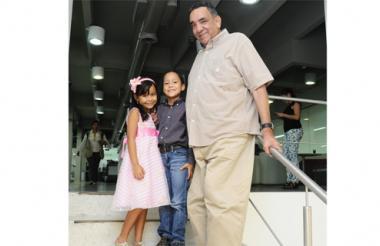 El compositor chimichaguero durante su visita a EL HERALDO, con sus hijos Camila y Camilo Namén Castillo.
