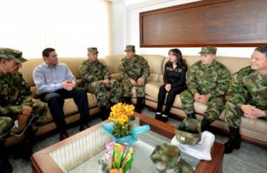 Los liberados hablan con el ministro de Defensa, Juan Carlos Pinzón; el comandante de las Fuerzas Militares, general Juan Pablo Rodríguez; el comandante del Ejército Nacional, general Jaime Lasprilla, y el comandante de la VII División del Ejército, general Leonardo Pinto.