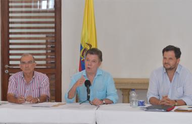 El presidente Juan Manuel Santos, junto a Humberto de la Calle, jefe de la delegación de paz del Gobierno (izquierda), y Sergio Jaramillo, alto Comisionado de Paz.