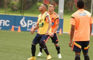 Jarlan Barrera Escalona y Rafael Santos Borré en un entrenamiento con la Selección Colombia sub-20.