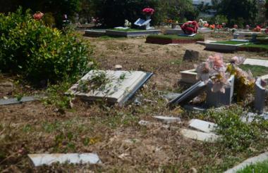 En el cementerio hay tumbas desde 1965. Las antiguas son las más abandonadas.