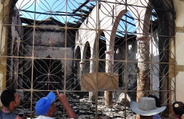 Luego del incendio, los residentes del corregimiento llegaron al lugar a observar cómo quedó el templo.