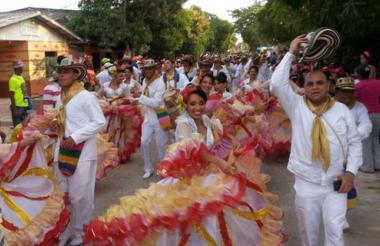 Danzantes de la cumbiamba, durante el desfile del Carnaval de Santo Tomás.