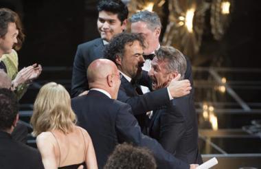 Sean Penn felicita a Alejandro González Iñárritu tras conseguir el premio Oscar a mejor dirección.