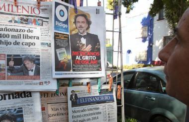 Los medios de comunicación mexicanos le dedicaron sus portadas al cineasta mexicano Alejandro González Iñárritu por sus cuatro premios Óscar, como se ve en este quiosco.
