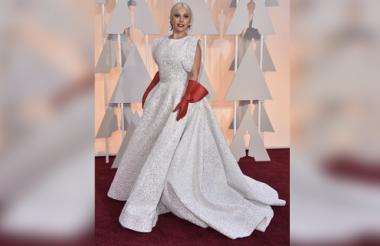 Los guantes rojos de cuero que acompañaron el vestido de Lady Gaga fueron objeto de chistes y memes.