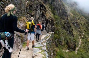 El Camino Inca a Machu Picchu es utilizado habitualmente por unos 200 turistas y unos 300 porteadores, que recorren los 48 kilómetros hacia Machu Picchu en una caminata de cuatro días.