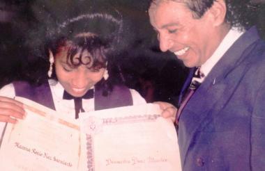 Marena Díaz y su padre, El Cacique, recibiendo el diploma de bachiller.