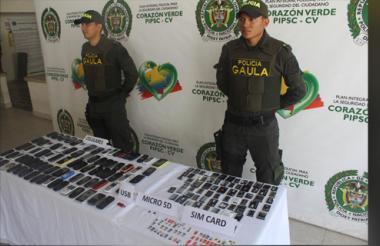 Autoridades se incautaron de 85 celulares, 84 sim card, 2 tarjetas micro SD, 30 armas blancas, 80 gramos de coca, 120 gramos de marihuana y 6 litros de licor artesanal.