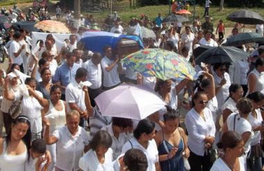 El féretro con el cuerpo del padre 'Mene', como le decían sus paisanos, fue cargado en hombros en Sincé. Luego, llevado al barrio El Trébol, residencia de sus familiares.