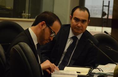 El magistrado Jorge Pretelt, acompañado de su abogado Abelardo de la Espriella, en la diligencia de ayer.