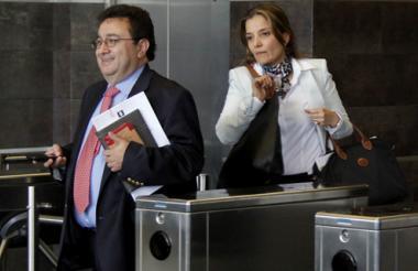 Martha Ligia Patrón, acompañada de su abogado, sale de la diligencia en la Fiscalía.