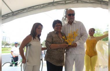 La alcadesa, Elsa Noguera, junto a Aída García, hermana del difunto premio Nobel y Henry Alvear, escultor de la obra.