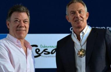 Santos y Blair posan en una visita de este a Colombia.