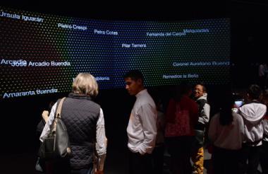 Pantallas led reciben a los visitantes con imágenes alusivas a la obra del nobel.