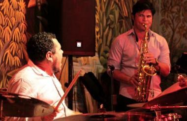 Israel Charris (batería) y Gonzalo Lubo (saxofón) se presentarán hoy en la Alianza Francesa con la banda Israel Charris Group.