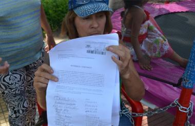 Jaqueline Esther Lleras muestra el oficio firmado por vendedores estacionarios del parque.