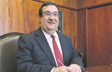 El economista e historiador barranquillero Adolfo Meisel en su oficina en Bogotá.