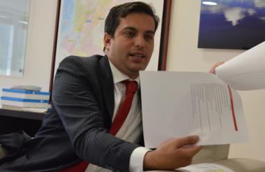 Simón Gaviria, director de Planeación Nacional, explica, con documentos en mano, sobre lo que será el Plan Nacional de Desarrollo para la Región Caribe.