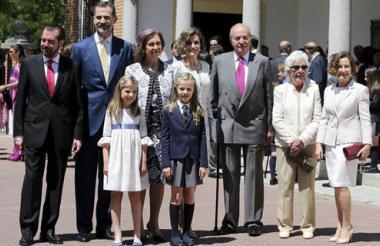 VLos Reyes de España posan junto a sus hijas, Leonor y Sofía, don Juan Carlos y doña Sofía, los padres de la reina Letizia, Jesús Ortiz (i) y Paloma Rocasolano (d), y su abuela, Menchu Álvarez del Valle (2d), a su salida de la parroquia Asunción de Nuestra Señora de Aravaca donde la Princesa de Asturias recibió hoy la Primera Comunión.