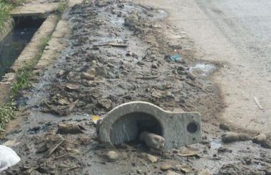 Este inodoro fue encontrado en medio de las labores de limpieza de canales.