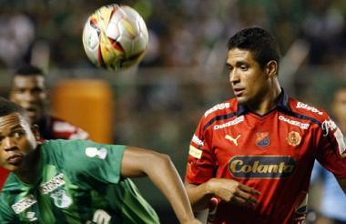 Hárold Preciado disputa el balón con Hernán Pertúz.
