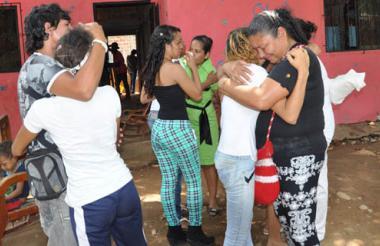 Familiares del mototaxista Cristian de Jesús Vega Polo, en las afuera de su casa.