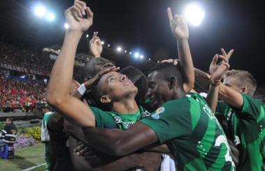 Roa es felicitado por sus compañeros, después del gol.