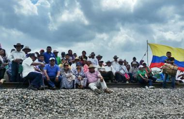 En febrero de este año unos 200 indígenas wayuu se tomaron la vía férrea del Cerrejón, en La Guajira, reclamando la autonomía para administrar la educación en sus respectivos territorios con el fin de salvaguardar los usos del suelo y costumbres ancestrales.