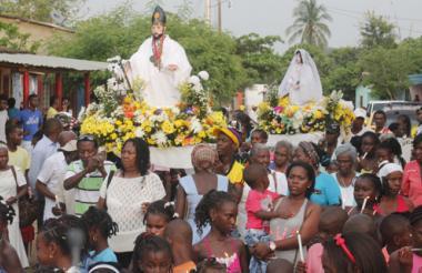 Niños, adultos y ancianos palenqueros se unen en una sola marcha para honrar a San Basilio y a la Virgen de la Inmaculada Concepción.