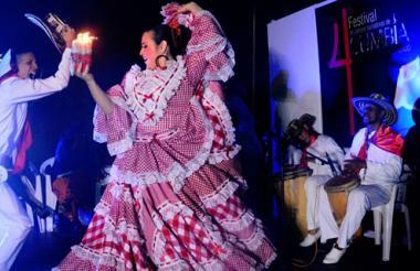 Una de las parejas participantes durante su presentación en la rueda de la cumbia, escenario de este evento.