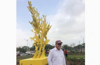 El artista Henry Alviar junto a la escultura 'Mariposas amarillas', ubicada en la plazoleta de Sanandresito.