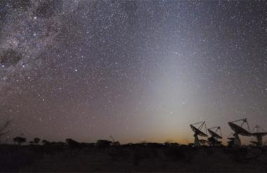 Foto facilitada por la Organización para la Investigación Industrial y Científica de la Mancomunidad de Australia (CSIRO) de el Observatorio Radio-Astronómico Murchison, a unos 790 kilómetros al noreste de la ciudad de Perth (Australia), donde se ha detectado una señal emitida por la galaxia PKS B1740-517, situada cerca de la constelación Ara, que fue emitida hace 5.000 millones de años, según las fuentes científicas el hallazgo permitirá conocer un período de la historia del Universo poco estudiado.