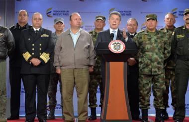 Santos hizo el anuncio anoche desde la Casa de Nariño y acompañado del Mindefensa y de la cúpula militar.