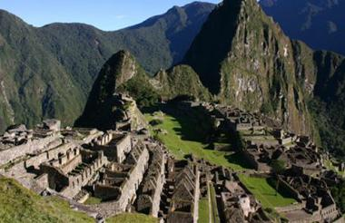 Vista aérea de Machu Picchu, en la que se observa la estructura piramidal de la colina del Intihuatana.