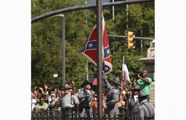Miembros de la Guardia de Honor de la Policía de Carolina del Sur retiran la bandera confederada del recinto del Capitolio de Carolina del Sur.