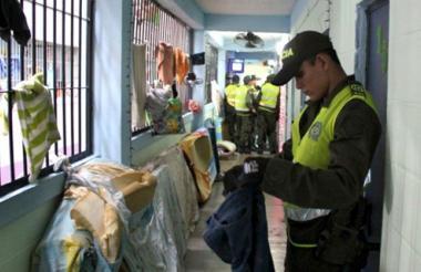 La Policía y el Inpec realizan operativos de requisa y control dentro de los centros penitenciarios para decomisar armas y celulares.