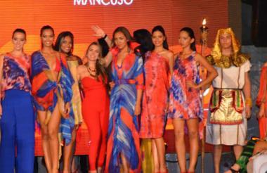 Modelos vistiendo la colección de Johana Mancuso durante el desfile 'La Perla se viste de moda'.