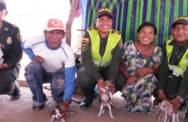 La Policía con varios perros criollos y sus dueños.