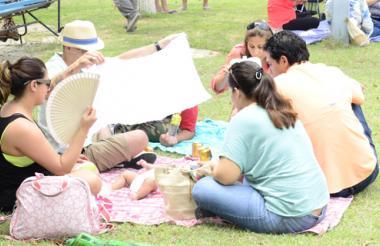 La grama fue la aliada en esta oportunidad. Fue un lugar para comer, para descansar y para charlar entre familia y amigos.
